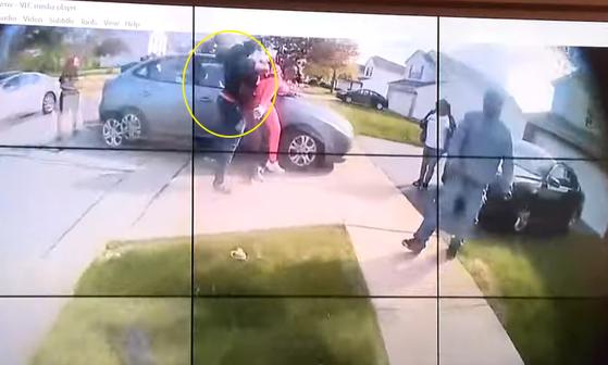 흑인 소녀 마키아 브라이언트(왼쪽 원)가 한 여성에게 돌진해 위협했다. 이 장면 직후 경찰은 브라이언트에게 총을 쐈다. 경찰을 브라이언트가 칼을 들고 있었다고 발표했지만 영상에서는 확인되지 않는다. 지역 주민들은 브라이언트에게 총을 쏠 만큼 위급한 상황이 아니었다며 경찰을 비판하고 있다. [WKYC Channel3 유튜브 캡처]