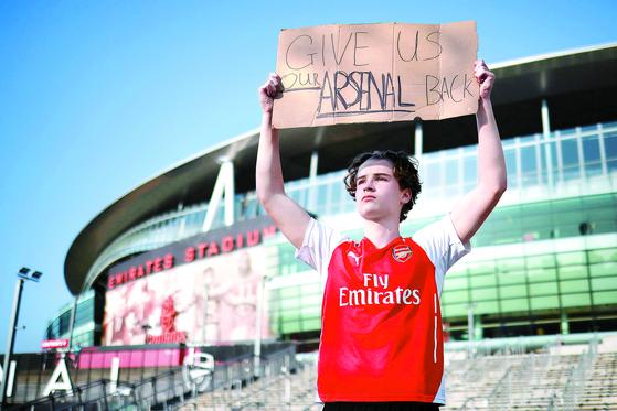 EPL 아스널의 팬이 지난 19일 런던에서 수퍼 리그 반대 시위를 하고 있다. [AFP=연합뉴스]