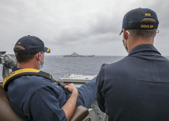 미 제7함대 소속 이지스함인 머스틴함 함장(왼쪽)이 두 발을 난간에 올린 채 필리핀 해역에서 훈련 중인 중국 항공모함 랴오닝함을 감시하고 있다. 오른쪽은 머스틴함 부함장. 랴오닝함은 일본 호위함 감시도 받았다. [사진 미 해군]