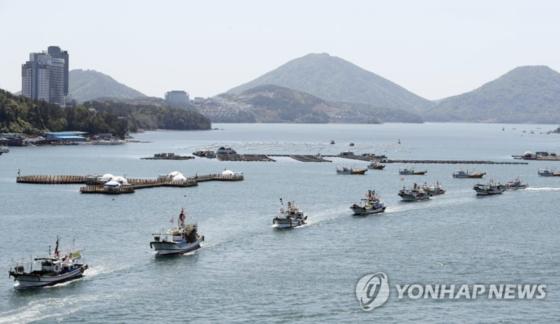 19일 오전 전남 여수시 국동항에서 어민들이 일본 원전 오염수 해양 방류 결정을 규탄하며 해상 시위를 벌이고 있다. [연합뉴스]