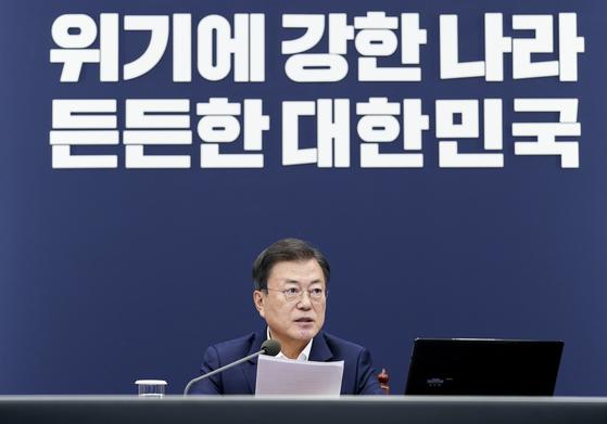 문재인 대통령이 지난 19일 청와대 여민관에서 열린 수석·보좌관 회의를 주재하고 있다. [청와대사진기자단]