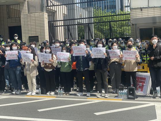 부산청년학생은 21일 오전 부산 동구 초량동 일본총영사관 앞에서 후쿠시마 오염수 방류 결정을 규탄하는 기자회견을 마친 뒤 일본 영사관을 폐쇄하라는 손팻말을 들고 농성을 벌였다. 사진 부산경찰청