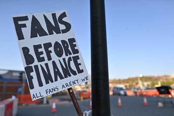 지난 19일(현지시간) 영국 리즈 엘런 로드 경기장 인근에서 유러피언 슈퍼리그에 반대하는 플래카드가 걸려 있다. AFP=연합뉴스