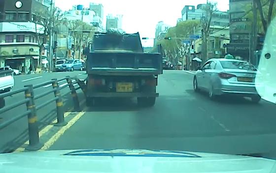 지난 13일 대구 남구청네거리 인근 도로에서 운전자가 하차한 사이 도로를 따라 움직인 화물차가 중앙분리대를 들이받는 모습. 사진 대구경찰청