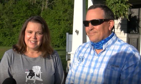 지난 9일(현지시간) 크리스티 웨이드(왼쪽)와 해피 웨이드(오른쪽) 부부는 광견병에 걸린 보브캣의 습격을 받았다. [CNN 캡처]