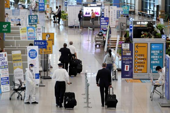 해외 유입 코로나19 변이 바이러스 확산 우려가 커지고 있는 21일 인천국제공항 1여객터미널 입국장에서 입국자들이 방역 동선을 따라 이동하고 있다. 뉴스1