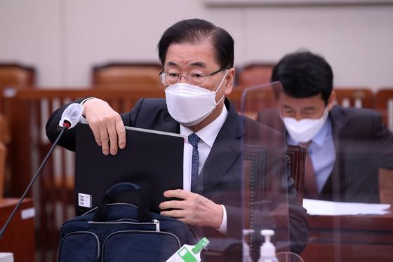 정의용 외교부 장관이 20일 국회 외교통일위원회에 자리해 자료를 꺼내고 있다. 오종택 기자