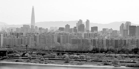 서울 용산구 유엔빌리지 인근에서 바라본 압구정동 현대아파트 일대의 모습. 연합뉴스