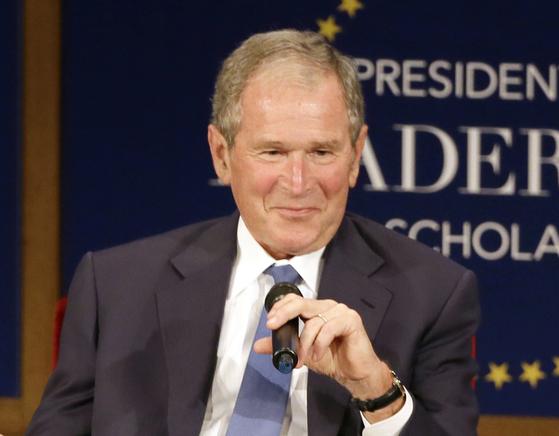 조지 W. 부시 전 미국 대통령이 이민자 43명을 그린 초상화와 에세이를 엮은 책을 발간했다. AP=연합뉴스