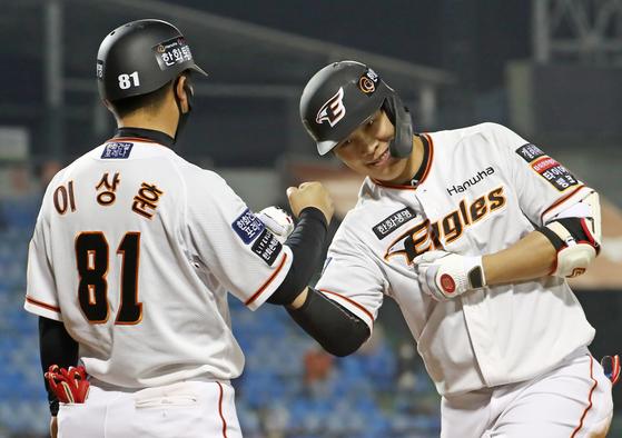 키움전에서 역전 결승 적시타를 친 김민하(오른쪽)가 주먹을 불끈 쥐며 기뻐하고 있다. [연합뉴스]