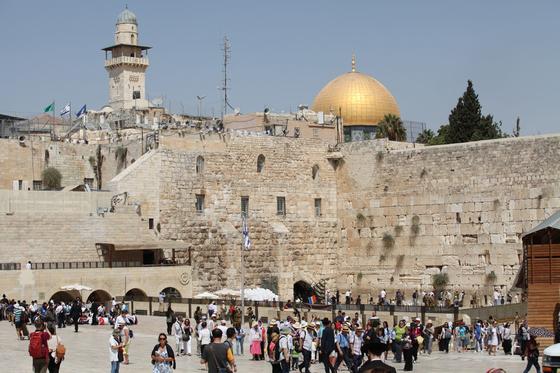 이스라엘이 세계 최초로 외국인 관광 재개를 공식 선언했다. 오는 5월 23일부터 백신 접종을 마친 단체 관광객에 한해서다. 사진은 코로나19 확산 전 관광객으로 북적이던 예루살렘 통곡의 벽. 중앙포토