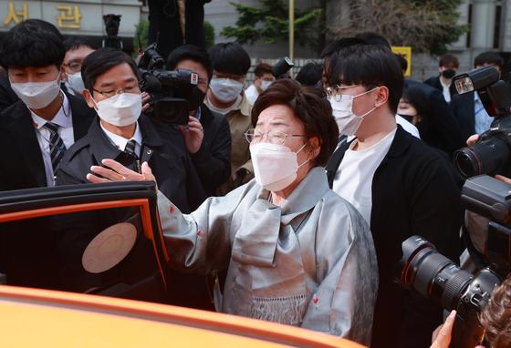 21일 서울 서초구 중앙지방법원에서 일본군 위안부 피해자들이 일본 정부를 상대로 국내 법원에 제기한 두 번째 손해배상 청구 소송 선고 공판이 끝난 뒤 이용수 할머니가 법원을 떠나며 입장을 밝히고 있다. [연합뉴스]