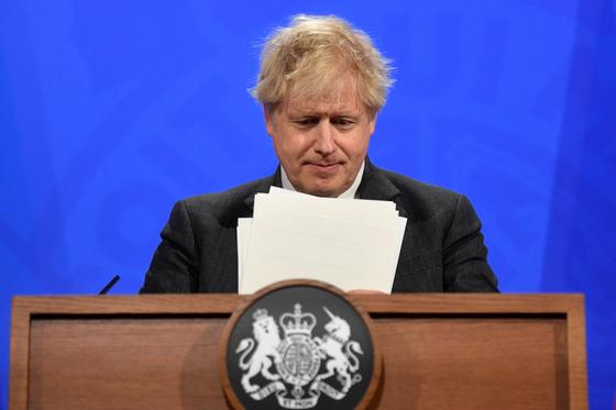 보리스 존슨 영국 총리가 20일(현지시간) 브리핑을 하고 코로나19 치료약을 개발하는 과제를 위한 TF를 영국 정부 차원에서 꾸리기로 했다고 밝혔다.[AFP=연합뉴스]