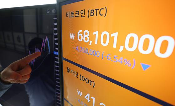 20일 서울 강남구 빗썸 강남고객센터에서 직원이 암호화폐 시세를 살피고 있다. 연합뉴스