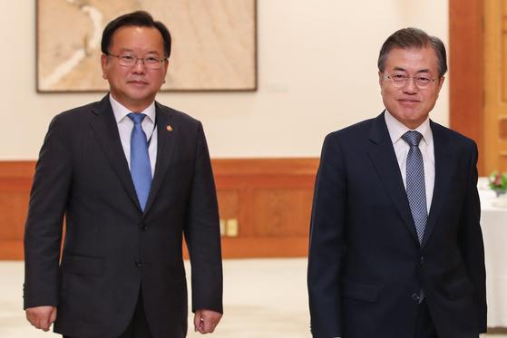 문재인 대통령(오른쪽)과 김부겸 국무총리 후보자. 연합뉴스
