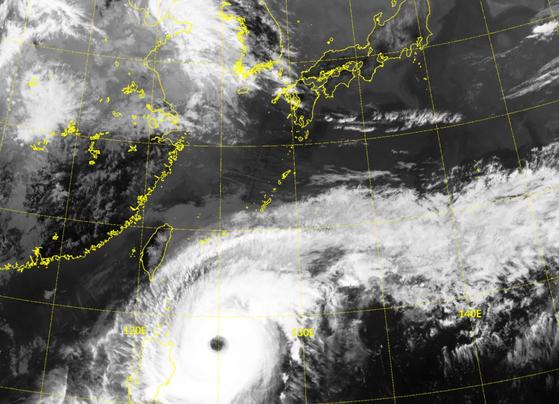 천리안 위성으로 본 태풍 '수리개'. 태풍의 눈이 뚜렷하게 보인다. 기상청