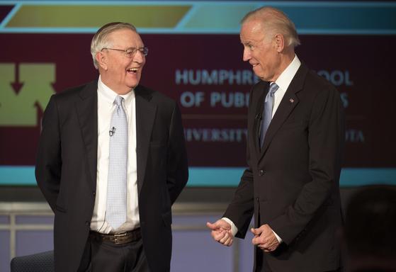 2015년 10월 포럼에 참석한 조 바이든 미국 대통령(오른쪽)과 월터 먼데일 전 부통령. [AP=연합뉴스]