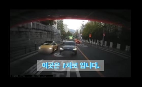 1차선 도로에서 우측에 붙어 속도를 내는 노란색 벨로스터 차량. 사진 보배드림