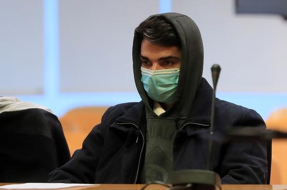 지난 2019년 어머니를 살해한 혐의 등으로 기소된 알베르토 산체스 고메스가 21일(현지시간) 스페인 마드리드 지방법원에서 열린 자신의 재판에 출석해 있다. EPA=연합뉴스