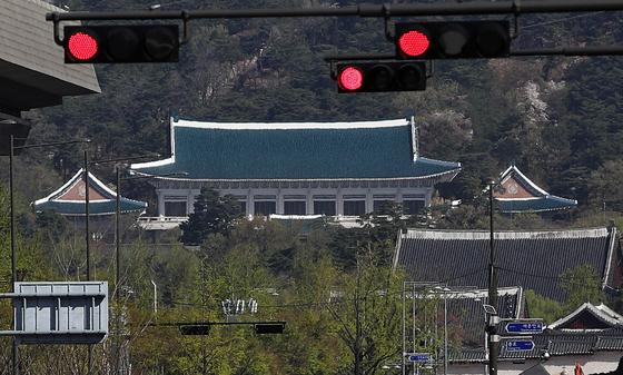 서울시청 인근에서 바라본 청와대 방향 신호등에 적신호가 켜져 있다. 뉴스1