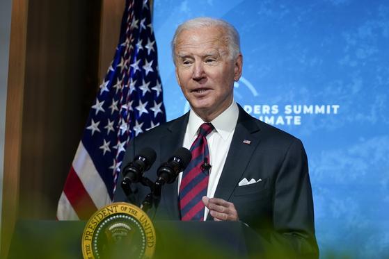 """조 바이든 미국 대통령이 22일(현지시간) 세계 기후변화정상화의에서 연설을 했다. 그는 """"2030년까지 온실가스 배출량을 50% 줄일 것""""이라고 밝혔다. [AP=연합뉴스]"""