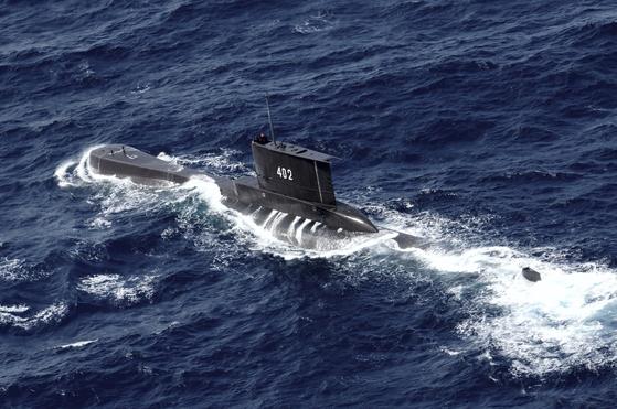 21일 조난한 인도네시아 해군 잠수함 낭갈함이 2014년 10월 훈련하고 있다. [AP=연합뉴스]