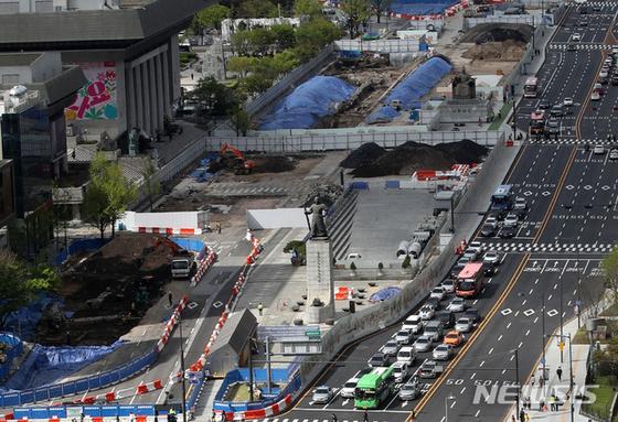 지난 13일 오후 재구조화 공사가 진행중인 광화문광장의 모습. 뉴시스