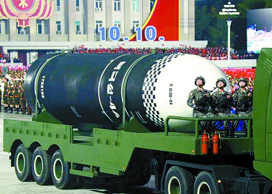 지난해 10월 노동당 창건 75주년 기념 열병식에서 공개된 발사관 6개(6연장)의 신형 잠수함 발사 탄도 미사일(SLBM). 신형 SLBM 동체에 '북극성-4A'로 추정되는 글씨가 찍혀있다. [연합뉴스]