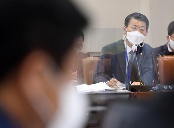 은성수 금융위원장이 22일 오전 서울 여의도 국회에서 열린 제386회 국회(임시회) 제1차 정무위원회 전체회의에서 의원 질의에 답하고 있다. 뉴스1