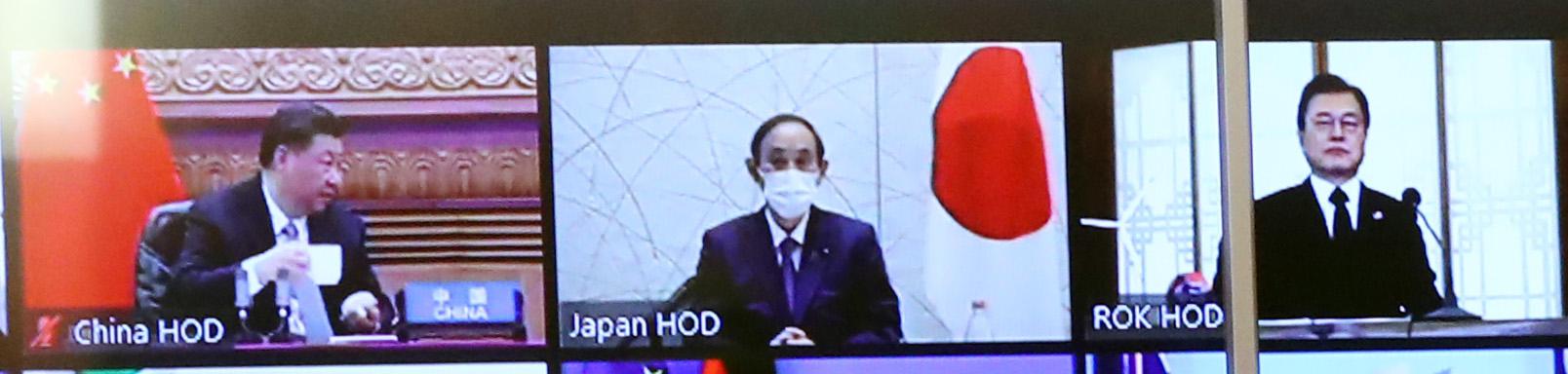 문재인 대통령과 스가 일본총리, 시진핑 중국 국가주석이 22일 화상으로 열린 기후정상회의에 참석해 바이든 대통령의 모두발언을 듣고 있다. 뉴시스