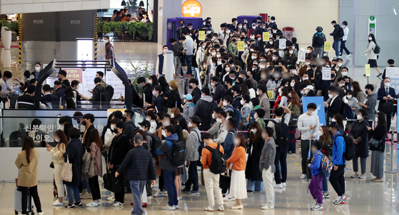 지난 16일 여행객들로 붐비는 김포공항 국내선 청사. [연합뉴스]
