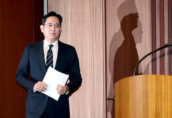 이재용 삼성전자 부회장이 지난해 5월 경영권 승계 등에 대한 '대국민 사과문'을 발표하기 위해 입장하고 있다. 장진영 기자