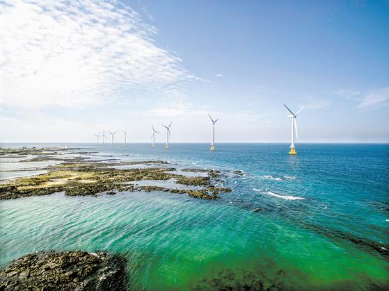 한국남동발전은 전체 발전 비중의 95%를 차지하는 석탄 화력발전 비중을 줄이고 LNG와 신재생에너지 발전 비중을 늘릴 방침이다. 또 공기업 최초의 가상발전소 운영을 위한 디지털 플랫폼 구축 사업을 본격적으로 가동한다. 국내 최초의 상업 해상풍력발전단지인 제주시 한경면 제주 탐라 해상풍력단지 전경. [사진 KOEN]