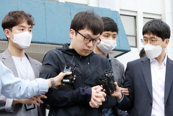 텔레그램 성착취 '박사방'을 운영한 조주빈의 공범인 남경읍이 작년7월 15일 서울 종로경찰서에서 검찰에 송치되고 있다. 뉴시스