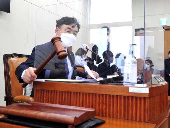 윤관석 정무위원장이 22일 오전 서울 여의도 국회에서 열린 제386회 국회(임시회) 제1차 정무위원회 전체회의를 개의하고 있다.