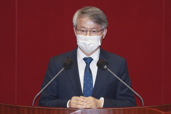 더불어민주당 민형배 의원이 지난달 24일 서울 여의도 국회에서 열린 본회의에서 토론을 하고 있다. 연합뉴스