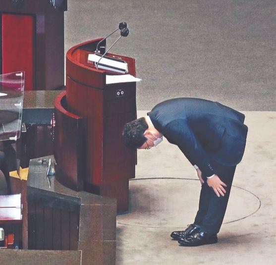 이스타항공 회삿돈 횡령·배임 혐의를 받는 무소속 이상직 의원에 대한 체포동의안이 21일 국회 본 회의에서 가결됐다. 이 의원이 이날 본회의장에서 신상 발언을 마친 뒤 인사하고 있다. 오종택 기자