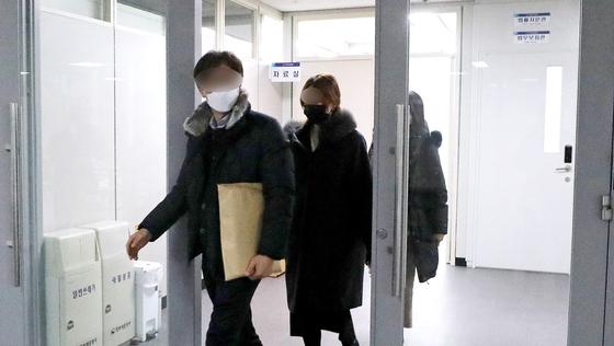지난 1월 검찰 관계자들이 김학의 전 법무차관 불법 출국금지 의혹과 관련해 정부세종청사에서 압수수색을 마친 뒤 압수물을 들고 나오고 있다. [뉴시스]