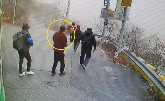 지난달 5일 새벽 대전시 서구의 한 떡집에서 떡과 쌀을 훔친 40대 남성(노란색 원)이 산골마을 시내버스 종점에서 내려 이동하는 모습. [사진 대전서부경찰서]