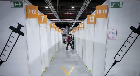 독일 수도 베를린의 한 아이스링크장을 개조해 마련한 대규모 신종 코로나바이러스 감염증(코로나19) 백신 접종센터 안에서 자원봉사자들이 대기하고 있다. AP=연합뉴스