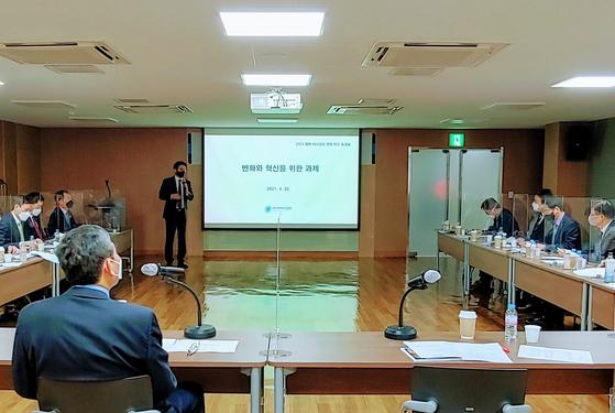 한국제약바이오협회 대회의실에서 지난 20일 개최된 이사장단 워크숍에서 원희목 회장이 변화와 혁신을 위한 과제를 주제로 발표하고 있다.