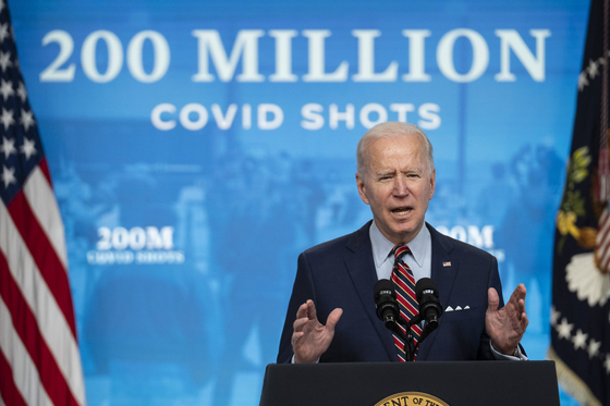 """조 바이든 미국 대통령은 21일 대국민 연설에서 """"취임 92일째에 코로나19 백신 2억 도스를 접종했다""""고 말했다. [EPA=연합뉴스]"""
