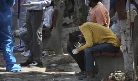 지난 19일 인도 수도 뉴델리의 코로나19 시신 화장장에서 친척의 죽음을 슬퍼하는 남성. 연합뉴스