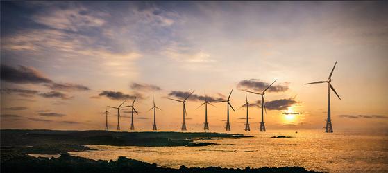 환경보건시민센터 설문조사 결과, 우리 국민의 절대 다수는 기후위기 상황에 공감을 하고, 많은 사람들이 정부의 탄소 중립 정책에 동의하는 것으로 나타났다. 사진은 해상 풍력 발전소.[한국남동발전]