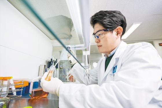 종근당은 지난해 1500억원을 연구개발에 투자해 국내 제약사 중 가장 많은 33건의 임상을 진행하며 합성신약·바이오신약·개량신약 등 연구개발에 역량을 집중하고 있다.  [사진 종근당]