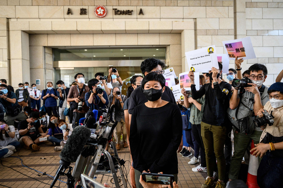 22일 홍콩 법원은 홍콩 공영 방송 RTHK의 차이위링 피디(가운데)에 대해 유죄를 선고했다. [로이터=연합]