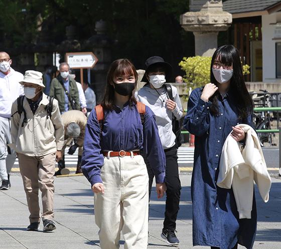 일본 내 코로나 확진자가 급증했다. 야스쿠니 신사 앞을 지나는 도쿄 시민들. [AP=연합뉴스]