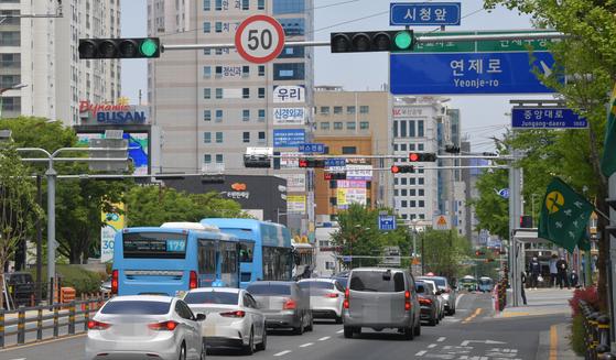 시속 50km 도로임을 표시한 부산 연제구 연제로. 송봉근 기자