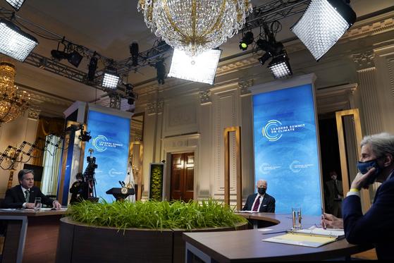 조 바이든 미국 대통령(가운데), 토니 블링컨 국무장관(왼쪽), 존 케리 기후특사가 22일(현지시간) 화상으로 개최한 기후 정상회의를 백악관에서 진행하고 있다. [AP=연합뉴스]