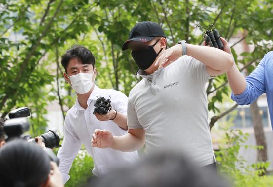 응급환자를 후송 중이던 구급차를 막아서 환자를 사망에 이르게 한 혐의를 받는 택시기사 최모씨가 지난해 7월 24일 오전 서울동부지법에서 열린 영장실질심사에 출석하고 있다. 뉴스1